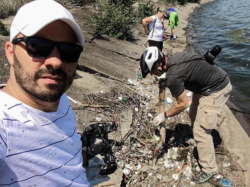 Dănuț Sorescu și Marcel Eremia în acțiunea de strângere gunoaie de pe Lacul Morii